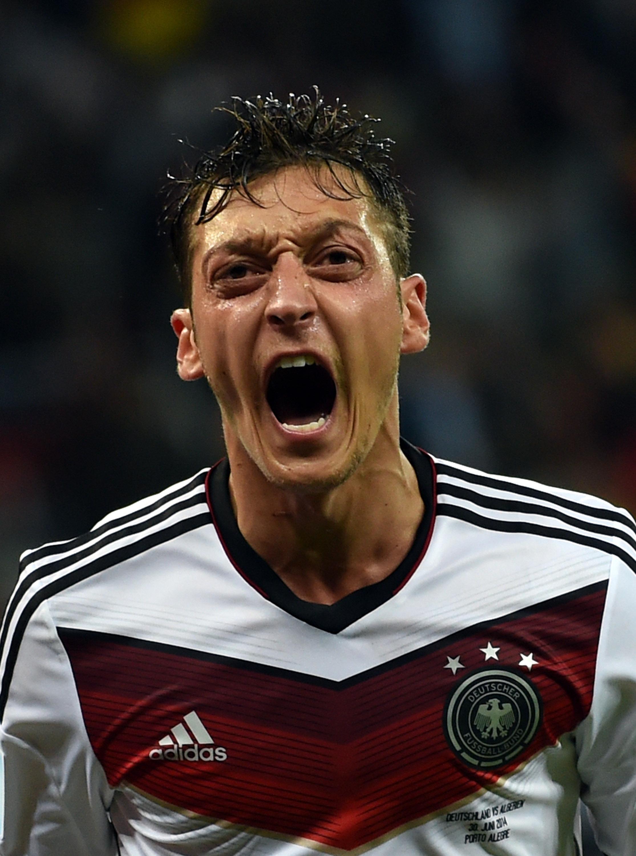 德国队球员厄齐尔进球后庆祝