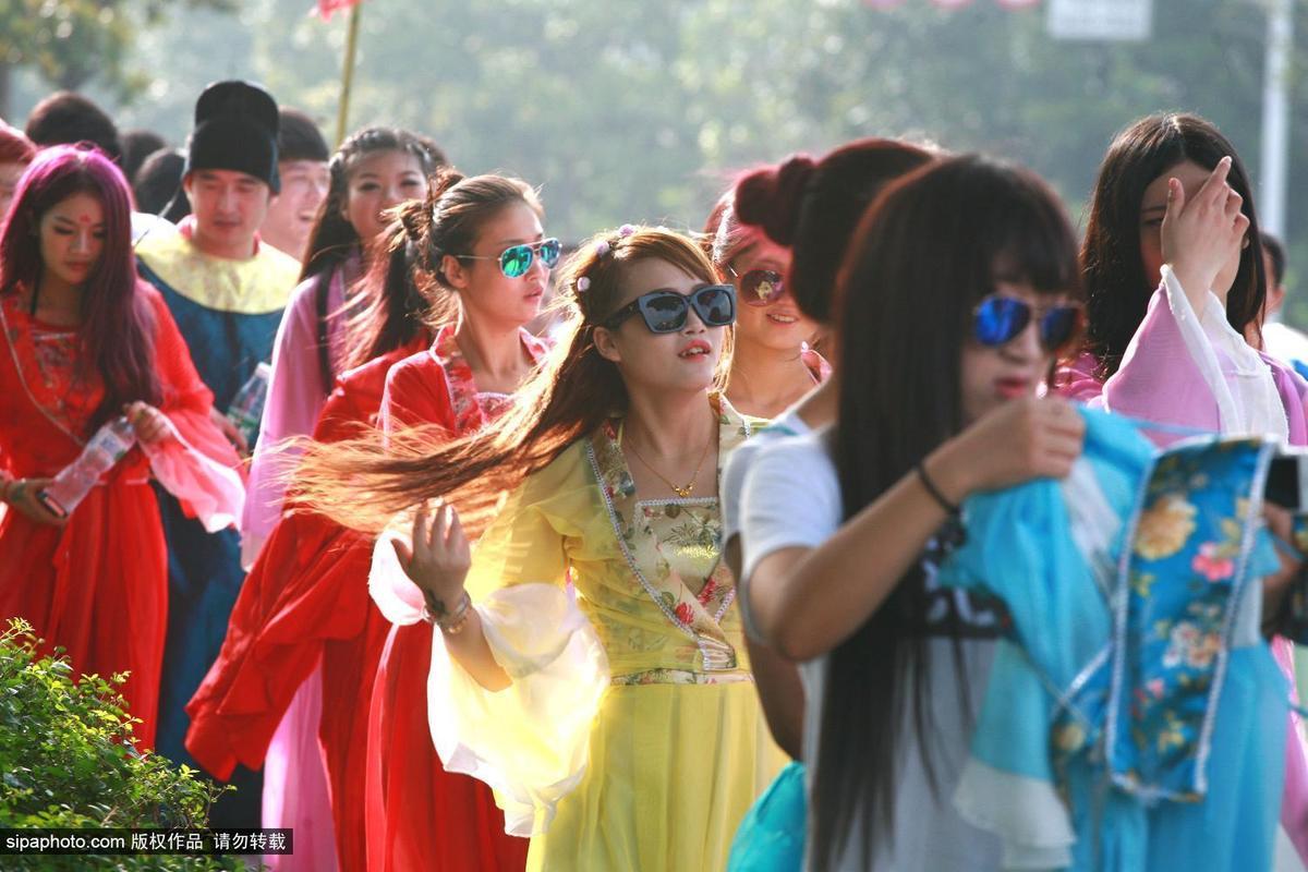 """扬州/9月3日,江苏省扬州市中心出现一队""""唐代""""年轻人游走街头,..."""