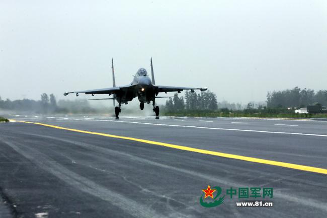 首次在郑民高速公路飞机跑道上成功实现起降
